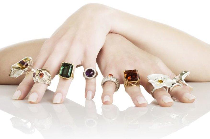 Rankos, papuoštos žiedais