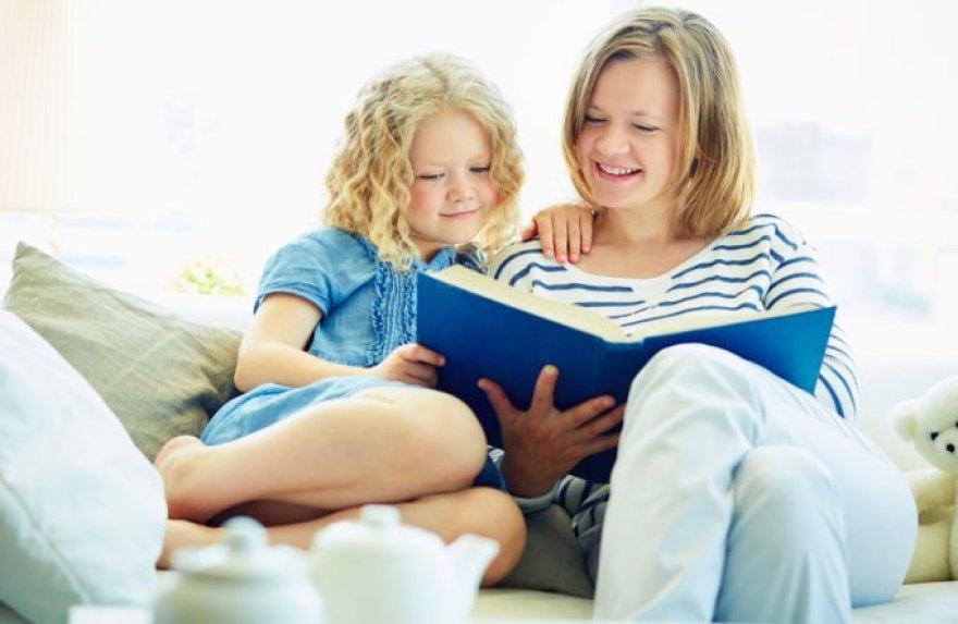 Mergaitė ir mama skaito pasaką
