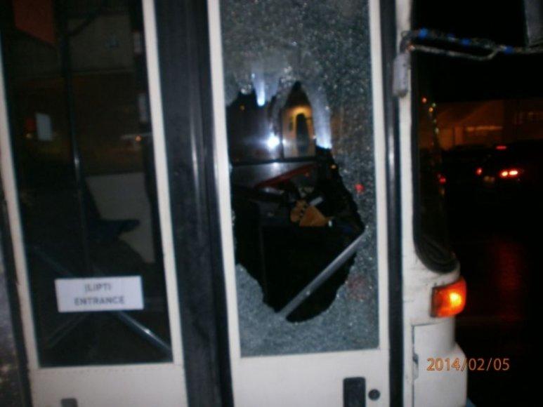 Klaipėdietis taip trenkė į autobuso duris, kad šios subyrėjo į šipulius.