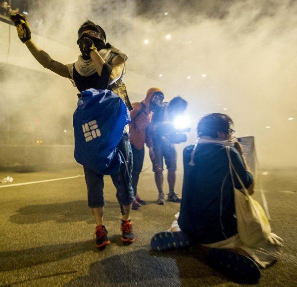 Honkonge protestuotojai buvo vaikomi panaudojus ašarines dujas.