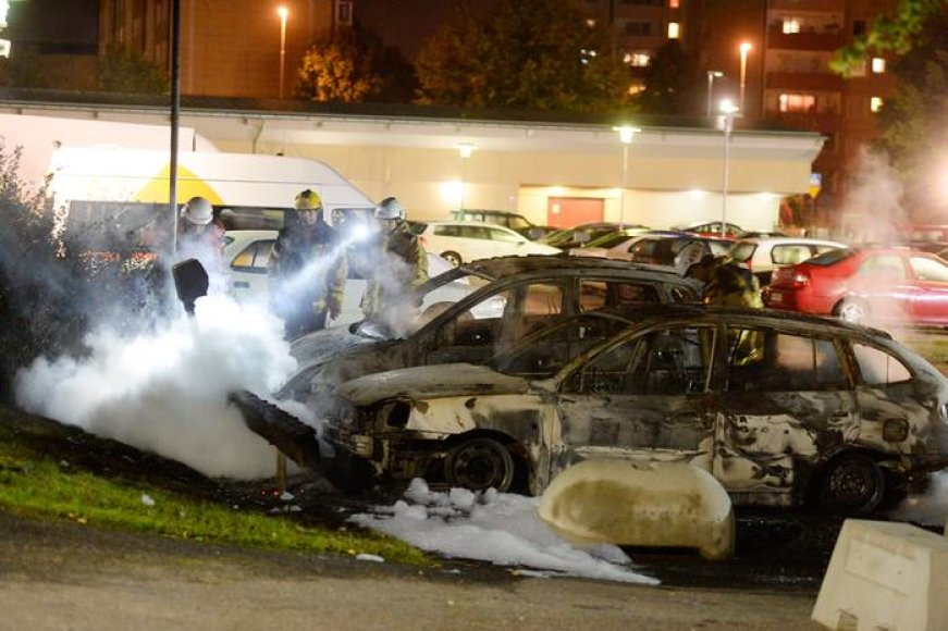 Padegti automobiliai Švedijoje