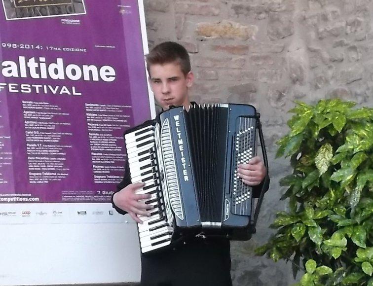 Keturiolikmetis Veisiejų miesto akordeonistas Mangirdas Kundrotas