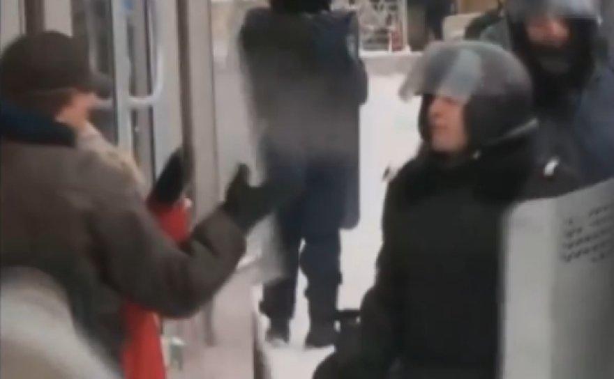 Ukrainos pareigūnas spjauna protestuotojui į veidą