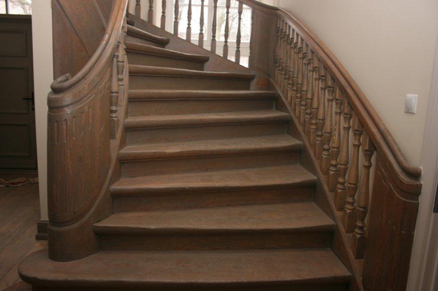 Restauruoti ir autentiški sukti laiptai.