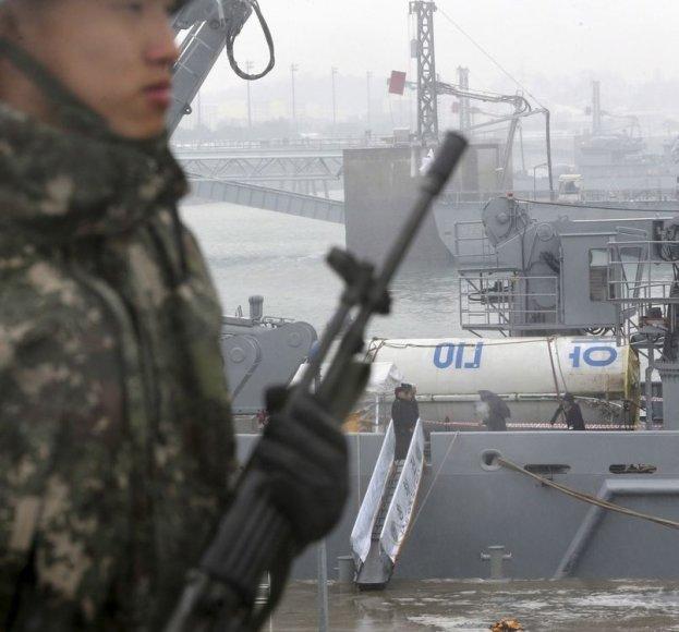 """Kariniame laive gabenama Šiaurės Korėjos """"Unha-3"""" raketos dalis"""