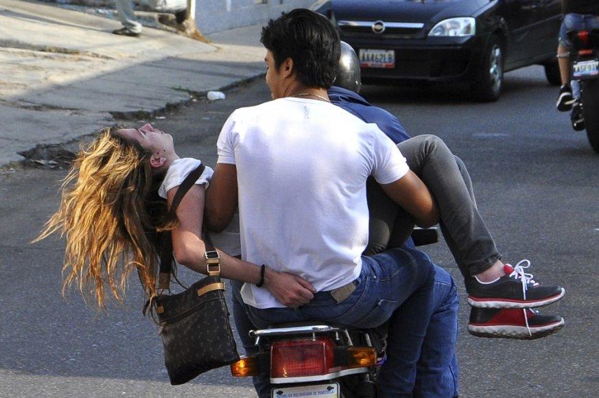 Genesis Carmona po šūvio išvežama iš protesto vietos
