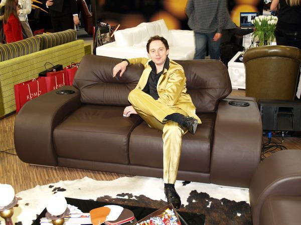 Foto naujienai: Mino dainuojanti sofa