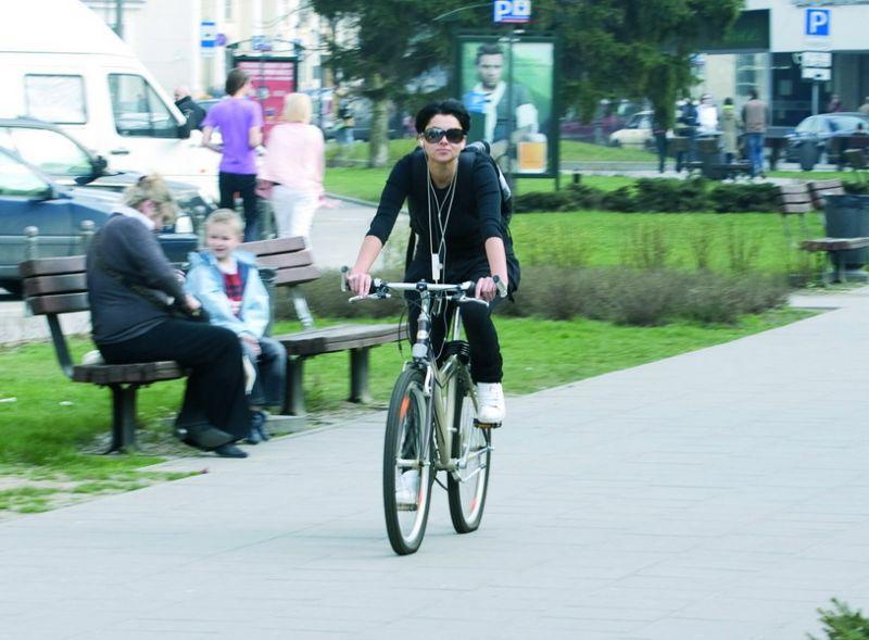 Foto naujienai: Agnės Jagelavičiūtės pavasarinė pramoga – pasivažinėjimas dviračiu