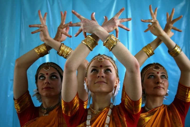 Foto naujienai: Laura Karvelytė mokosi indiškų šokių