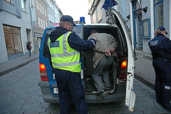 Estijos policininkas sulaiko įtariamąjį