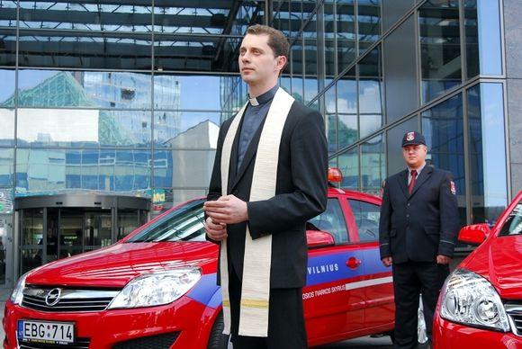 Naujojo poskyrio automobilius, mieste pradėsiančius patruliuoti pirmadienį, palaimino Vilniaus arkikatedros bazilikos klebonas Ričardas Doveika.