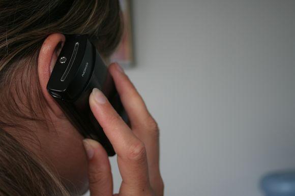 Moteris, kalbanti telefonu