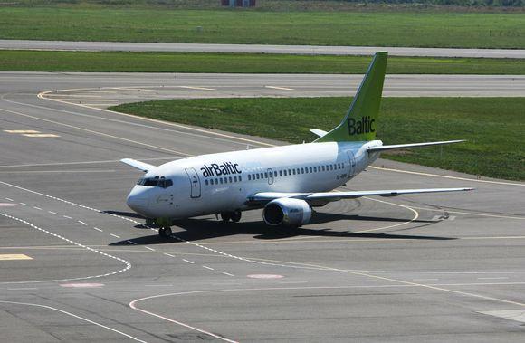 """Latvijos skrydžių bendrovės """"airBaltic"""" lėktuvas."""