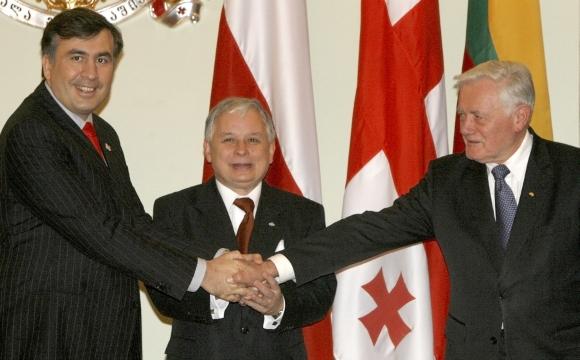 M.Saakašvilis, L.Kaczynskis ir V.Adamkus pernai lapkritį Tbilisyje buvo susitikę visiškai kitokiomis aplinkybėmis.