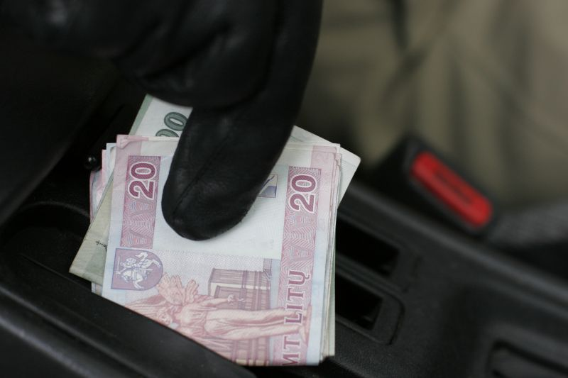Automobilį vairavęs neblaivus mūrininkas iš Kauno rajono tikėjosi, kad policijos pareigūnai susigundys jo siūlomais 560 litų.