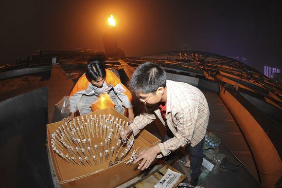 Darbininkai ruošia fejerverkus.