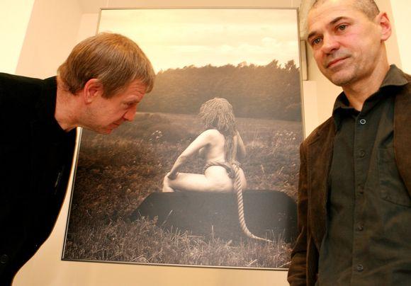 Menininkas Algis Griškevičius (dešinėje) per savo fotografijos parodos atidarymą.