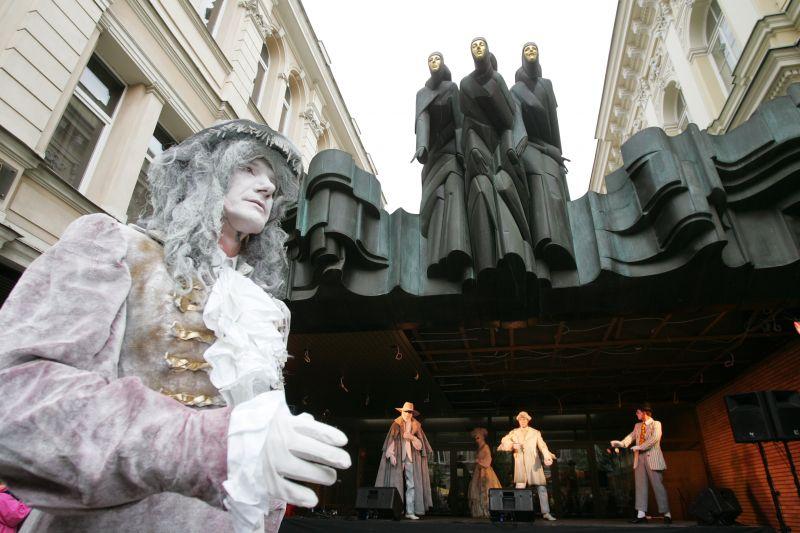 Gatvės teatras - tai mobili, didelių sąlygų pasirodymams nereikalaujanti meno forma, jungianti  įvairius žanrus.