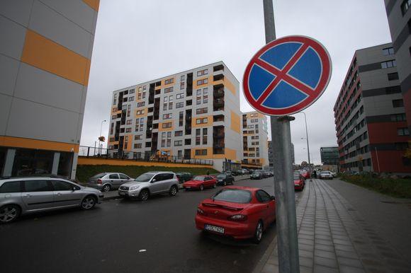 Perkūnkiemio gatvės gyventojai, neišsipirkę garažų, automobilius stato draudžiamose vietose, nes kitur nėra kur.