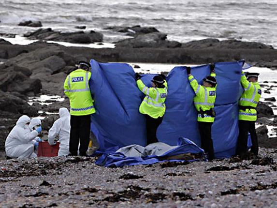 news.sky.com nuotr./Škotijos pareigūnai ap-iūri vietą pajūryje, kur rasta gabalais sukapota lietuvė