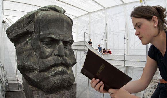 """Karlo Markso skulptūra ir moteris skaitanti """"Kapitalą"""""""