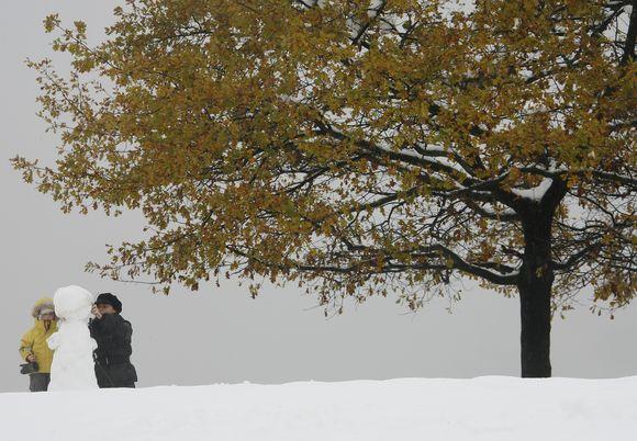 Vaikai lipdo pirmąjį sniego senį.