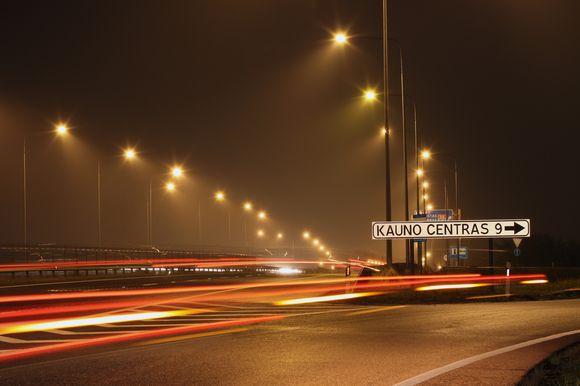 Iš kitų miestų į Kauną dirbti važinėjantys žmonės labiausiai nelaukia rudens, kada pradeda anksčiau temti ir suprastėja matomumas.