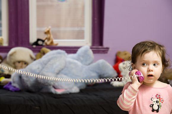 Mergaitė žaidžia su žaislais