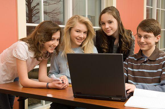 Jaunuoliai prie kompiuterio
