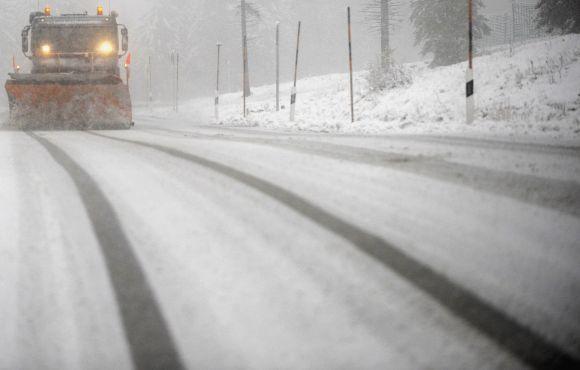 Speciali mašina valo netikėtą sniegą