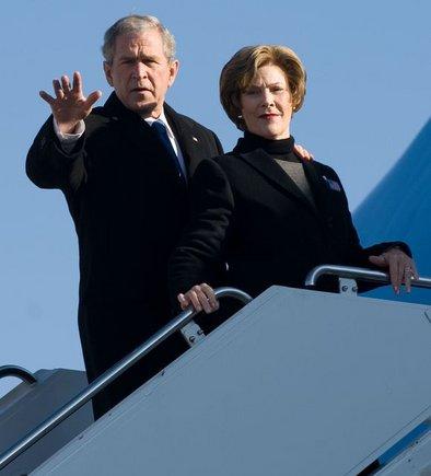 """AFP/""""Scanpix"""" nuotr./JAV prezidentas Georgas W. Bushas su žmona Laura Bush"""
