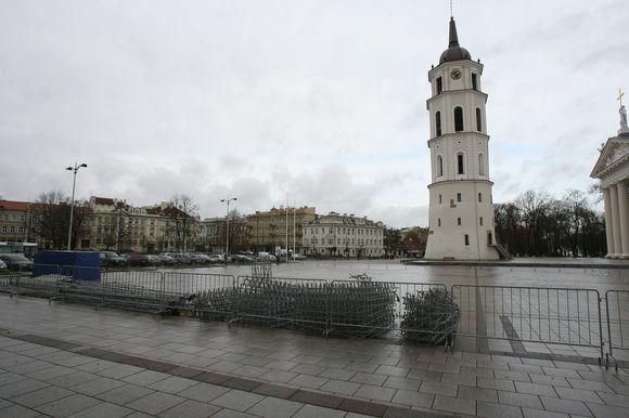 Katedros aikštėje darbininkai jau montuoja pagrindinę miesto Kalėdų puošmeną.