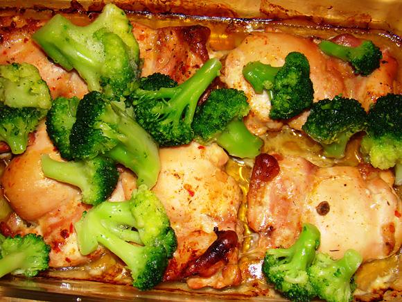 Kai mėsai kepti bus likusios 5–7 minutės, ant jos sudėkite brokolius