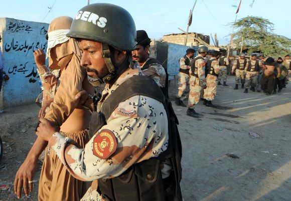 Pakistano sukarinta policija suima įtariamuosius per paieškos operaciją afganistaniečių pabėgėlių stovykloje Karačyje.