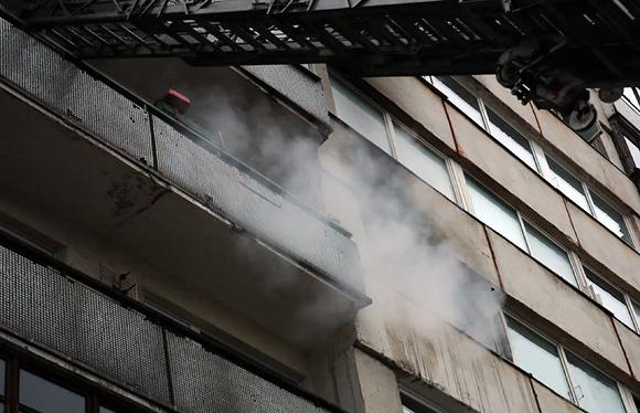 Iš degančio buto veržiasi dūmai