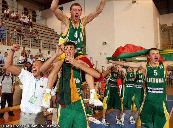 Jonas Valančiūnas (apačioje) džiaugiasi