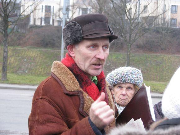 J.Burba jau spėjo pagarsėti mitingais, kurių yra surengęs daugiau nei šimtą. Jis kelis sykius kandidatavo į Seimą, tačiau nesėkmingai.