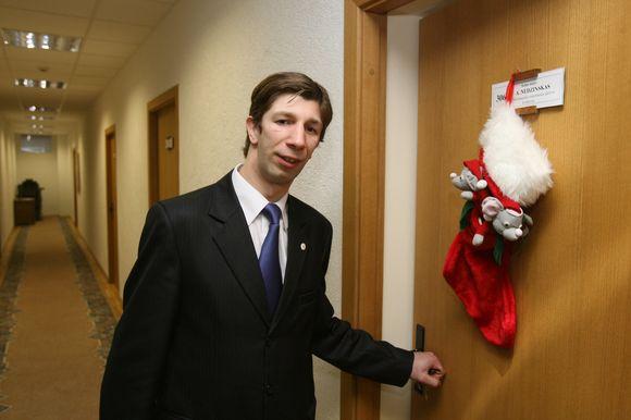 Antanas Nedzinskas prie savo kabineto durų