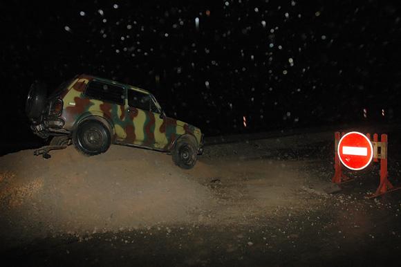 Automobilis ant smėlio krūvos