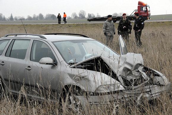Gedimino Nemunaičio/Ukmergės žinios nuotr./JAV kariakio automobilis po avarijos nuskriejo nuo kelio