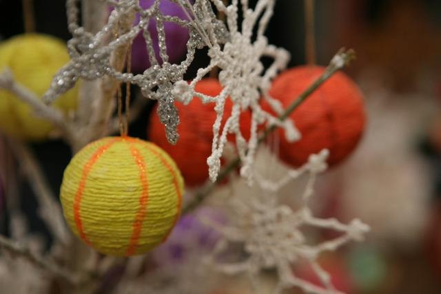 Kalėdinę eglutę ar šakelę vaikai siūlė puošti originaliais rankų darbo žaisliukais.