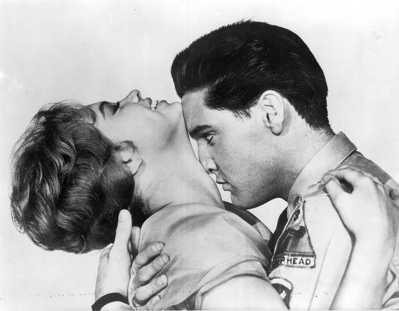 """Iš viso Elvis Presley suvaidino 33 filmuose. Kartu su Juliet Prowse pasorodė filme """"G.I Blues""""."""
