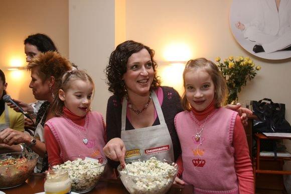Scanpix nuotr./Kristina Savickytė-Damanskienė su dukterimis.
