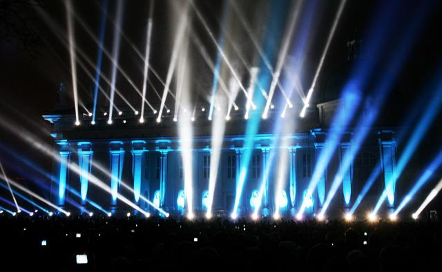 Šviesų menininkas Gertas Hofas iš Vokietijos, pirmosiomis 2009 m. minutėmis Vilniaus padangę nušvietė šviesų, fejerverkų ir muzikos spektakliu.