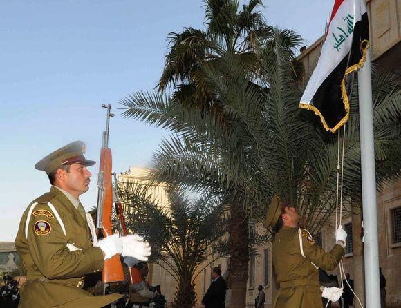 """Irako vėliavos pakėlimas Bagdado """"Žaliojoje zonoje""""."""