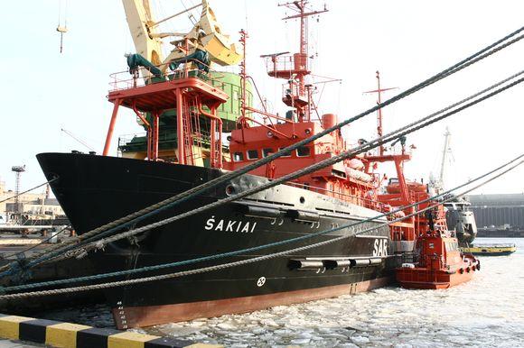 """Paieškos, gelbėjimo ir taršos likvidavimo darbams Karinės jūrų pajėgos ir uosto perims laivą """"Šakiai""""."""
