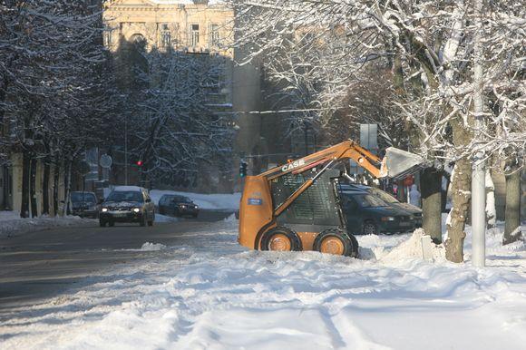 Sekmadienio popietę kelininkai miesto gatvėse tebekovojo su sniegu.