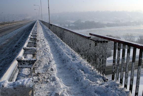 """Autostradoje Klaipėda–Kaunas, netoli prekybos centro """"Mega"""", pasviro tiltas per Nerį."""