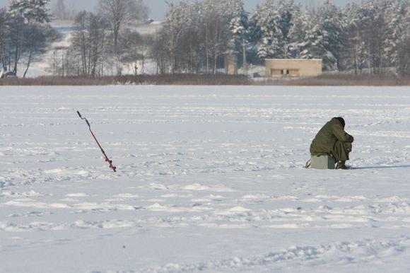 Poledinės žūklės mėgėjai jau traukia pirmuosius laimikius, tačiau žuvų kol kas nėra gausu.