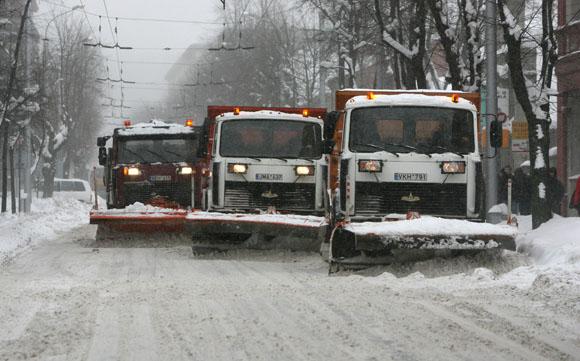 Sniego mašinos valo kelius.